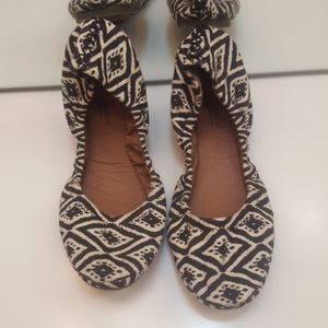 LUCKY BRAND ERIN BLACK AND WHITE TRIBAL PRINT FLAT